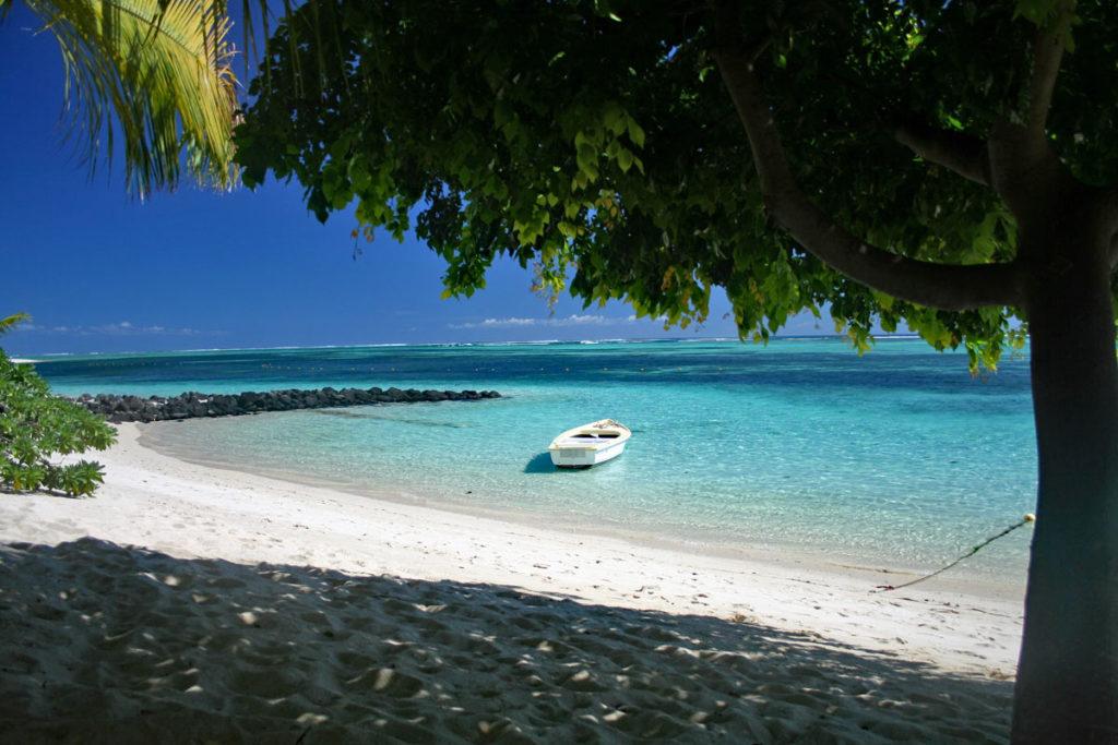 Boot im türkisblauen Meer auf Mauritius