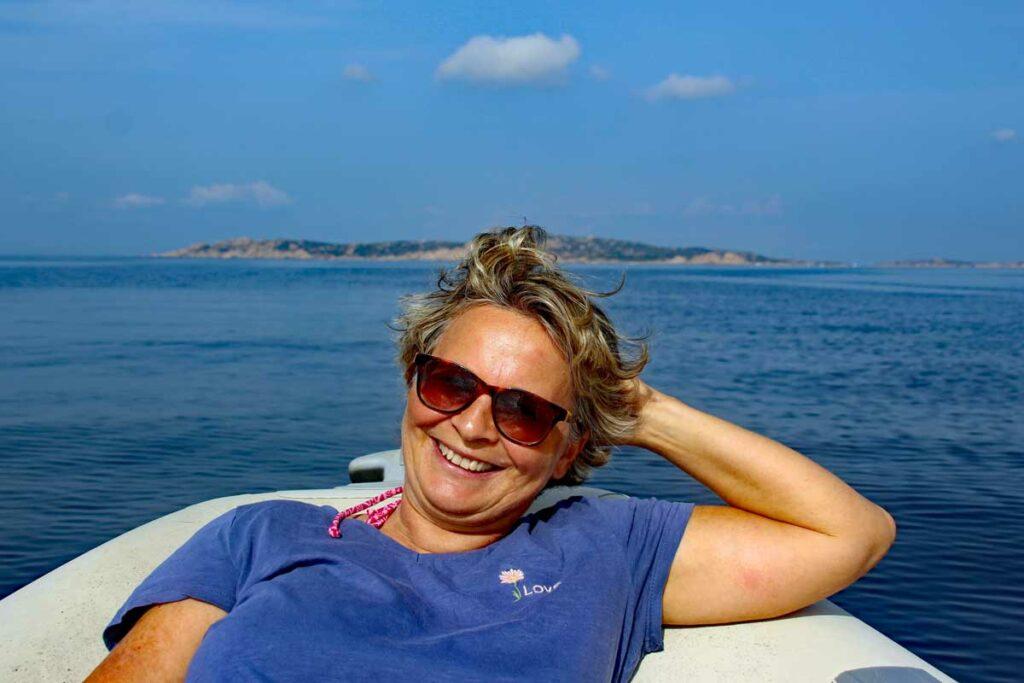 Christiane auf dem Motorboot